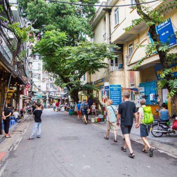 Turister går på opdagelse i Hanois autentiske gader